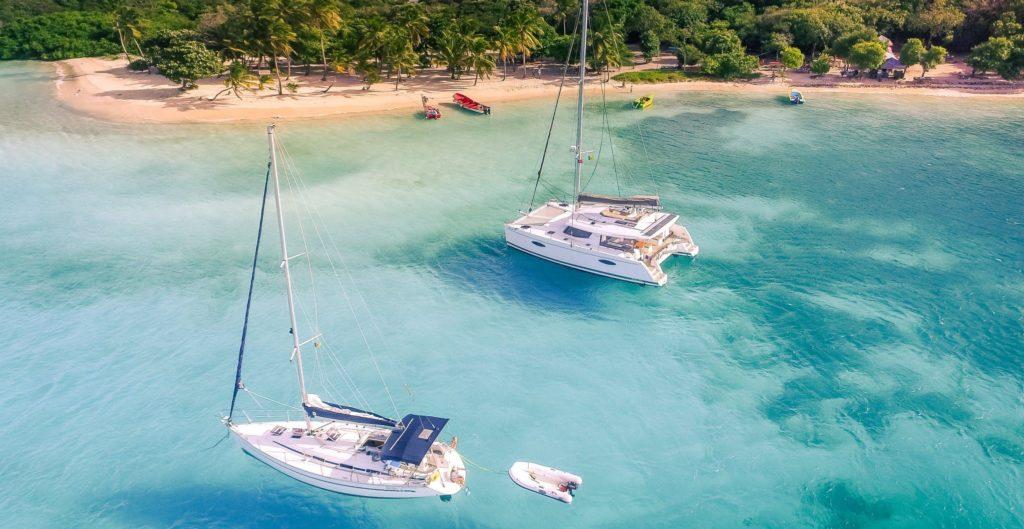 voilier et catamaran Sailsquare en croisière sur une mer paradisiaque
