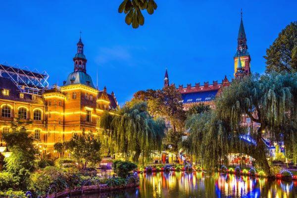 Jardin de Tivoli de Copenhague la nuit